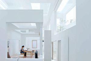 La maison N au Japon,où les limites sont abolies. Des cubes placés les uns dans les autres, des baies percées vers l'extérieur ou le jardin intérieur.