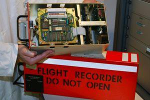 Les appareils enregistreurs, d'un poids de sept à dix kilos, sont au nombre de deux dans un avion.