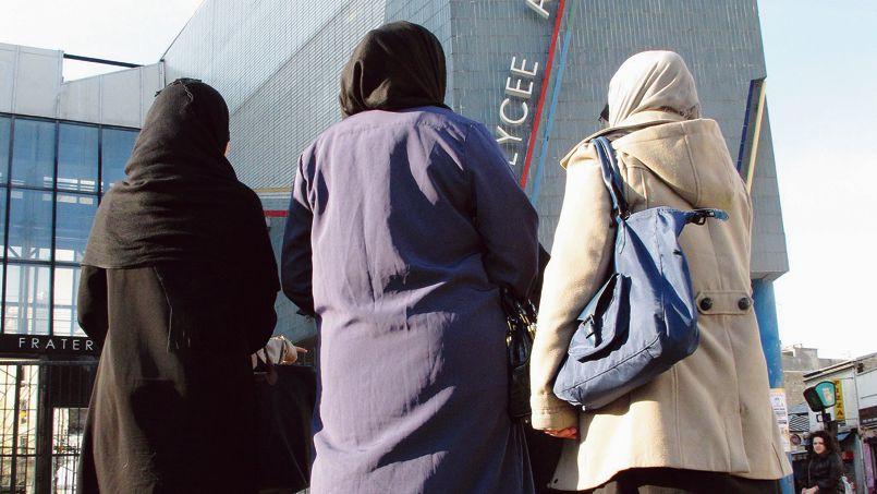Des lycéennes devant un établissement de Saint-Ouen en 2011.