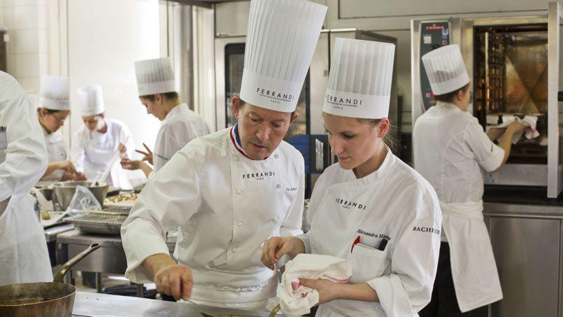Le Chef Éric Robert, MOF 2000, et Alexandra Maubant en troisième année à l'école Ferrandi à Paris.
