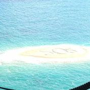 Sauvés grâce à un SOS géant dans le sable