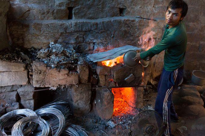 L'atelier de fonderie d'aluminium est l'une des sources économiques principales de la famille de Ziona Chana.