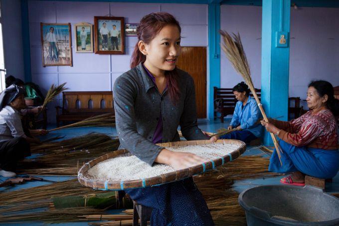 Chaque matin les jeunes femmes de la famille trient le riz qui servira au déjeuner des 162 membres de la communauté.