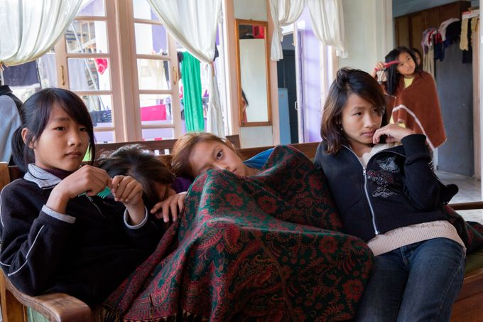 Les petites-filles de Ziona passent beaucoup de temps devant la télévision.