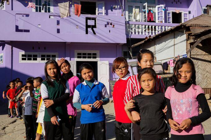 Quelques filles et petites-filles de Ziona devant la maison familiale.
