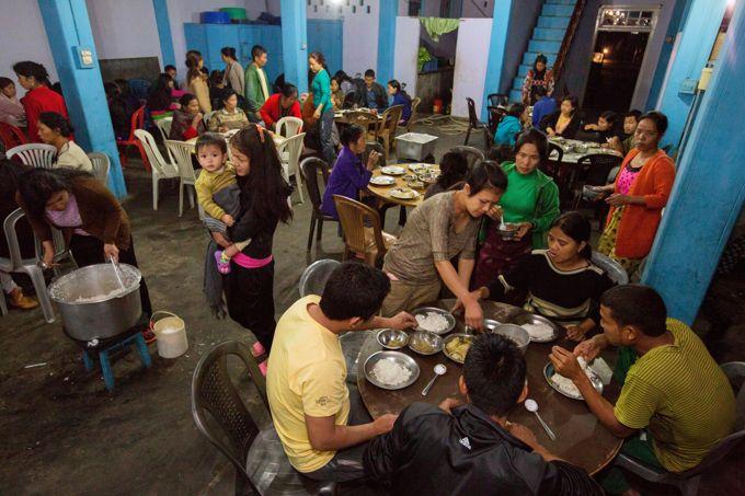 Les 162 membres de la famille partagent deux repas quotidiens dans le grand réfectoire du rez-de-chaussée.
