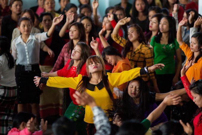 L'office religieux du dimanche rassemble tous les membres du village dans l'église qui jouxte la maison familiale.