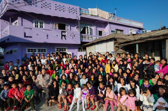 Ziona entouré de ses 38 épouses, 73 enfants et 33 petits-enfants. Son fils aîné a 50 ans et sa dernière fille a 7 ans.