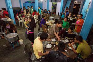 Toute la famille se retrouve dans la salle à manger à tour de rôle pour partager les repas.