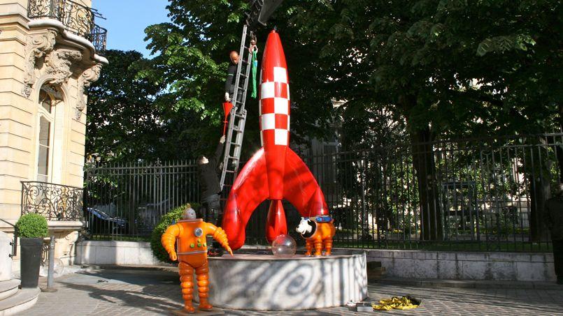 8h15. Un courageux installateur monte à l'échelle pour décrocher la fusée de la grue.