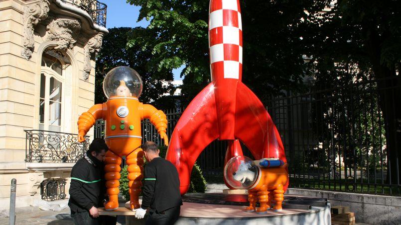 8h20. Tintin est déposé aux côtés de Milou et de la fusée.