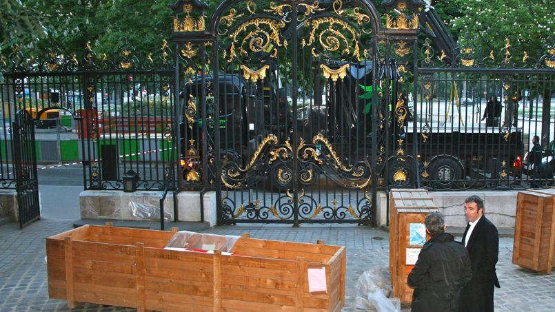 6h45. Les caissons de bois contenant les précieuses statues sont disposés dans la cour.