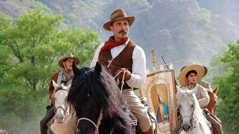 Andy Garcia prête ses traits au général Gorostieta, qui fit d'une troupe de va-nu-pieds une véritable armée, fière de défiler à pied ou à cheval derrière la bannière du Christ et de la Vierge de Guadalupe. Derrière lui, le jeune martyr cristero de 13 ans José Sánchez, interprété par Mauricio Kuri.
