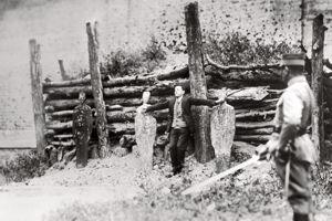 Le 23 novembre 1927, des photographes immortalisent l'exécution du père Miguel Pro, fusillé sans procès. Quelques secondes avant les tirs, il écarte les bras dans un geste d'un symbolisme évident.