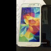 Une maquette d'iPhone 6 comparée au Samsung Galaxy S5