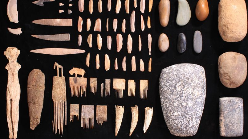 Un tombe et sa momie vieilles de quelque 5600 ans, avant la première dynastie des pharaons, ont été mises au jour dans le sud de l'Egypte.