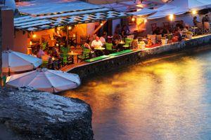 Le Taxidi Café-bar offre d'excellents cocktails.