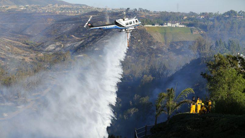 Enflammé. Les hélicoptères bombardiers d'eau luttent sans relâche pour maîtriser les flammes. Depuis deux jours, des incendies de forêt sévissent en Californie et menacent des centaines de maisons situées dans le secteur de Rancho Bernardo. Pour l'heure, plus de 800 hectares de végétation ont été ravagés. Par mesure de précaution, la police a invité 20.000 habitants à quitter leur domicile. Les incendies se multiplient dans cette partie de l'Etat touché depuis plusieurs semaines par une forte sécheresse et des températures élevées.