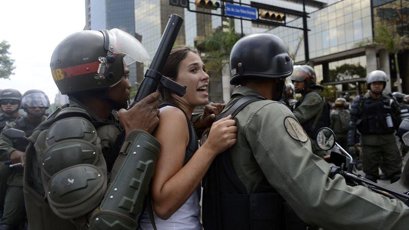 Tensions. Quelque 105 manifestants, dont 11 mineurs, ont été interpellés ce mercredi 14 mai à Caracas après des incidents survenus à l'issue d'une marche d'étudiants. Le monde universitaire mobilisé depuis début février contre le président socialiste Nicolas Maduro avait appelé à une manifestation dans l'est de la capitale, bastion de l'opposition, pour protester contre l'arrestation de nombreux camarades, notamment lors d'une vaste opération de police, la semaine dernière.