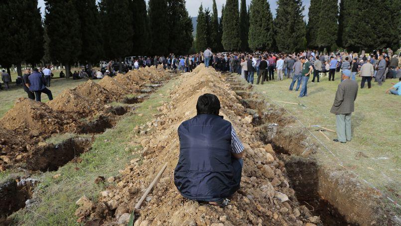 Le deuil et la colère. Alors que le bilan de la catastrophe continue de s'alourdir à Soma, en Turquie, les premiers enterrements des victimes ont commencé ce jeudi 15 mai. «À 8 heures (locales) nous avons recensés 282 morts», a déclaré le ministre de l'Énergie Taner Yildiz à la presse. L'explosion de la mine a d'ores et déjà soulevé un mouvement de révolte dans le pays et quatre syndicats ont appelé à une journée de grève nationale pour protester contre les normes de sécurité qu'ils jugent insuffisantes.
