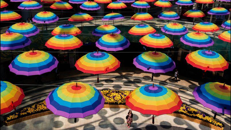 Des parasols colorés ont été installés dans l'immense centre commercial, situé dans le sous-sol d'une tour de Séoul. Au total sa surface fait 14,5 fois la taille d'un terrain d'un stade olympique.