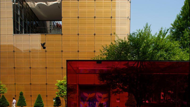 À Séoul, Hermès a sa «maison» dans le quartier Dosan Park. L'imposant bâtiment, de forme cubique et vitré, a été tramé sur le légendaire carré de la marque.