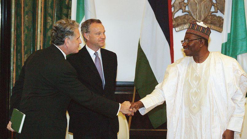 Le président nigérian, Goodluck Jonathan, a reçu, mercredi à Abuja, le ministre britannique en charge des questions africaines, Mark Simmonds (au centre). La Grande-Bretagne a proposé au Nigeria une assistance supplémentaire incluant «un avion de reconnaissance».