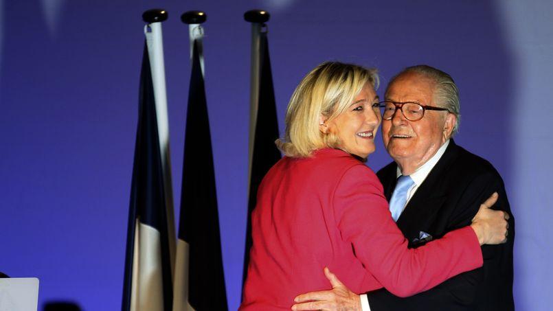 Marine Le Pen et son père, mardi soir, à Marseille.