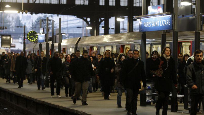 Les usagers sont nombreux sur le quai de la gare Saint-Lazare à Paris.