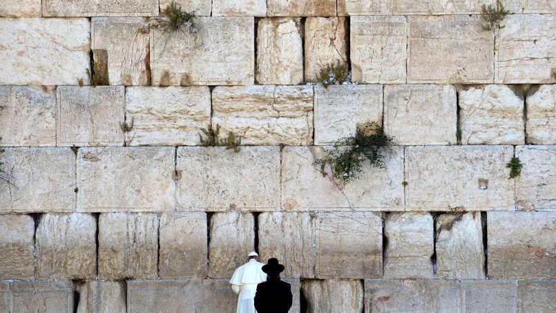 Le Saint-Père, accompagné d'un rabbin, se recueille devant le mur des Lamentations, site sacré du judaïsme.