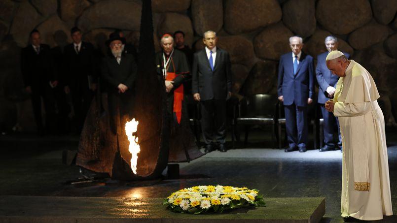 À Yad Vashem, le Saint-Père rallume la flamme du mémorial, dépose une couronne de fleurs et observe un long moment de silence méditatif.
