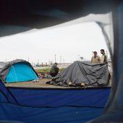 Calais, seule face aux migrants