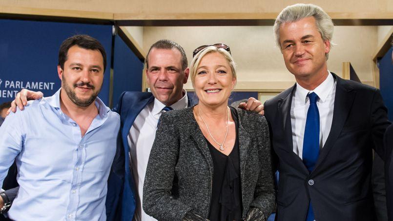 Marine Le Pen en compagnie des autres chefs de file des partis d'extrême droite européens, mercredi à Bruxelles: le Néerlandais Geert Wilders à droite, l'Autrichien Harald Vilimsky, deuxième à gauche, et l'Italien Matteo Salvini.