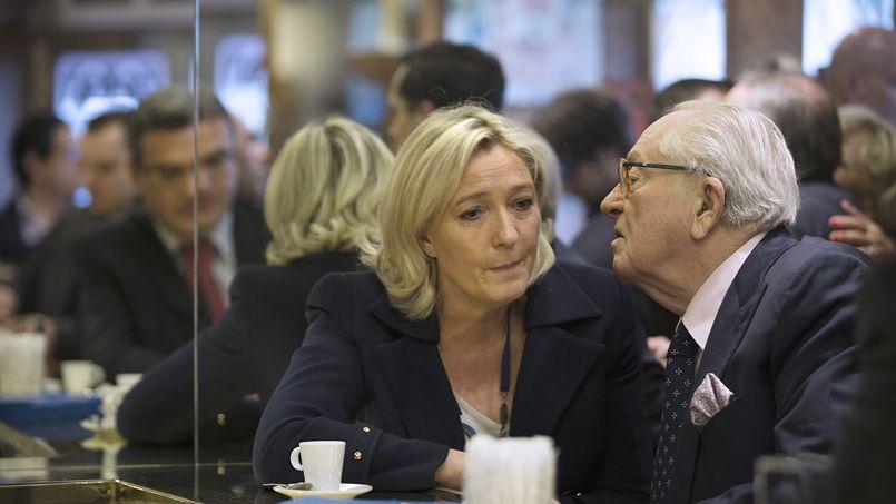 Marine et Jean-Marie Le Pen dans un café parisien après le dépôt des listes européennes du FN au ministère de l'Intérieur, le 25 avril.