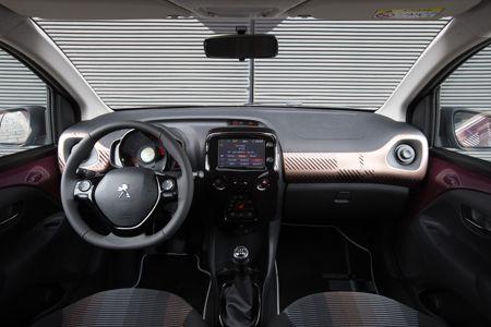 Une peugeot 108 chic et connect e for Peugeot 907 interieur