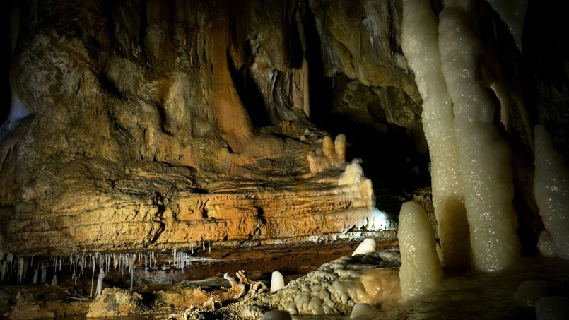 La grotte Chauvet est aussi une cavité exceptionnelle du point de vue géologique, des volumes importants avec hauteur des plafonds allant jusqu'à 17 mètres, des concrétions splendides avec des couleurs riches et des formations de pendants calcaires et coupoles.