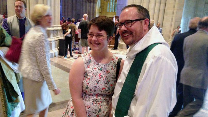 Cameron Partridge, ici accompagné d'une fidèle, est le premier prêtre transgenre à prononcer un sermon au sein de la Cathédrale nationale de Washington.