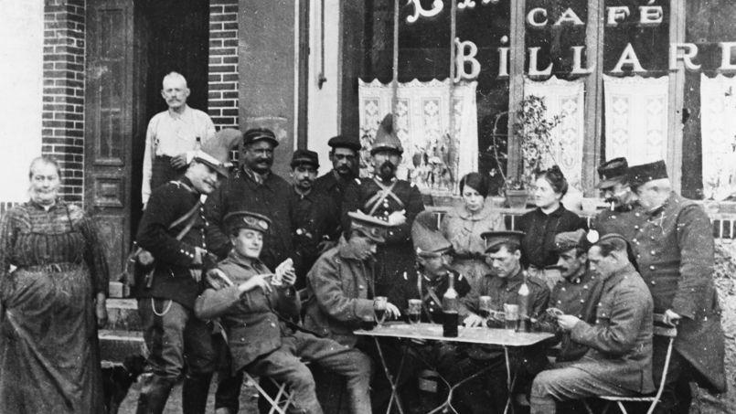 Soldats anglais et français jouant aux cartes à la terrasse d'un estaminet à Braisne en Picardie, octobre 1914.