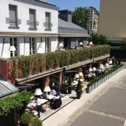 Dîner à huit en terrasse à Paris