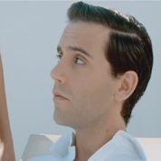 Mika en James Bond dans le clip de Boum Boum Boum
