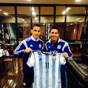 Les Argentins offrent un maillot dédicacé au Pape