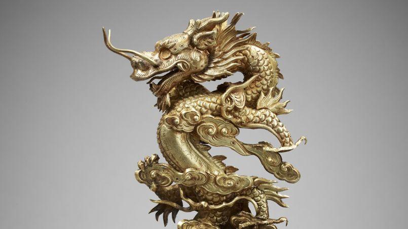 Dragon bondissant dans les nuées, en or et bois (2e année Thieu Tri, 1842).