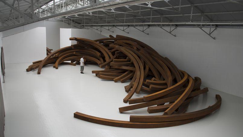 Effondrement (2014), une pièce monumentale de 200 tonnes d'acier, dans l'ancienne usine reconvertie en hall d'exposition.