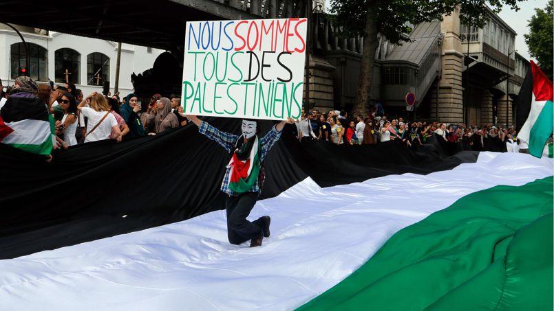 Des manifestants propalestiniens à Barbès, dans le nord de Paris ce samedi.