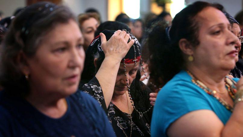 Les fidèles assistent à la messe à l'église Saint-Joseph à Erbil le 20 juillet 2014. La capitale de la région autonome kurde accueille plusieurs centaines de familles chrétiennes venues de Mossoul.