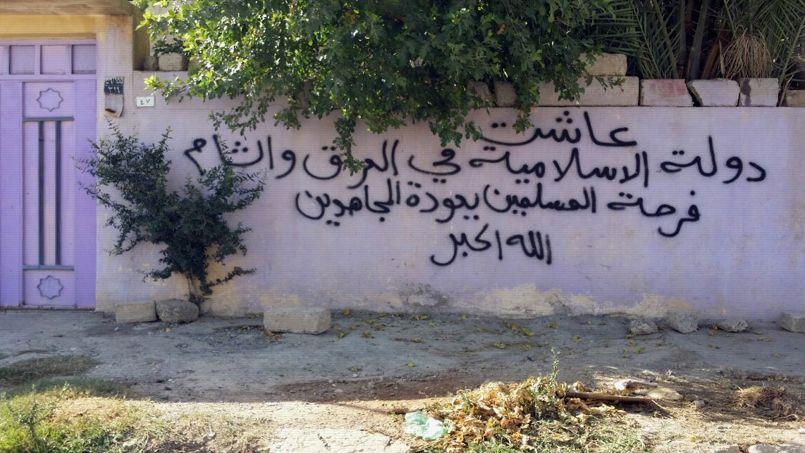 Sur le mur de cette maison abonnée par une famille de chrétiens, ont peut lire: «Longue vie à l'Etat islamique en Irak et au Levant. Les musulmans sont heureux du retour des Mujahideen. Dieu est grand.» À Mossoul, les maisons des chrétiens ont été marquées du «N» de «nazaréen» par les insurgés de l'Etat islamique.