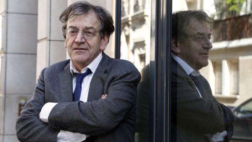 Alain Finkielkraut devant les locaux de l'éditeur Stock, à Paris, le 10 avril.
