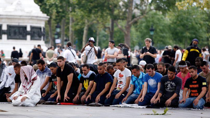 Des manifestants musulmans prient pour la paix, place de la République, à Paris, le 26 juillet.