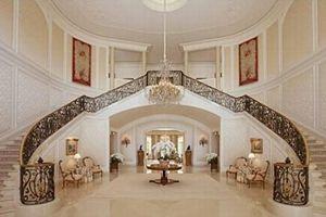Le hall d'entrée de cette imposante maison de 5300 mètres carrés. Crédit: Zillow.