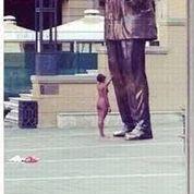 Une femme nue «caresse» la statue de Mandela